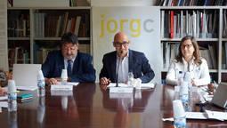 El presidente del JORGC, Álex Riu, (centro) mostrando los resultados de Siniestralidad.