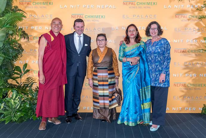 Thubten Wangchen, discípulo del Dalai Lama y director de la Casa del Tíbet de Barcelona; Jean Marie Le Gall, director del Hotel El Palace; directora de proyectos de mujeres de Chhimeki; Shobha Shrestha, directora general de Chhimeki; y Marta Tatjer, presidenta de Nepal Chhimeki Barcelona