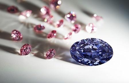 La preciosa gema junto a otros de los diamantes rosa subastados por Rio Tinto.