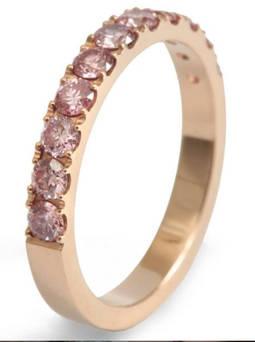 Un anillo con diamantes sintéticos de color de la firma barcelonesa Accent Created Diamonds