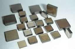 El proceso CVD produce unos característicos diamantes en 'bruto' de forma aplanada.