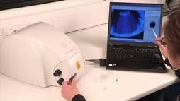 El dispositivo portátil más avanzado de De Beers para la detección de sintéticos es el Diamond View.