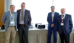El presidente del IGE y el director del laboratorio, recibiendo el nuevo espectrómetro GemmoFTIR de manos de los fundadores de M&A Gemmological Instruments, Mikko Åström y Alberto Scarani. (centro)