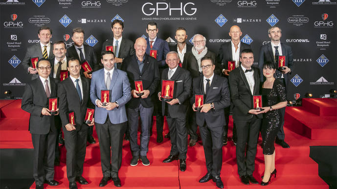 Foto de familia con todos los premiados. En el centro, con suelas blancas, Jean-Claude Biver, premio especial del jurado a su trayectoria.