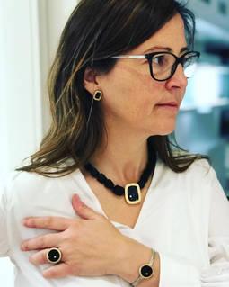 Gemma López con pìezas de su nueva colección, Noir, inspirada en la novela negra.