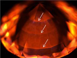 Fig. 3. Las flechas blancas indican el patrón de crecimiento del diamante.