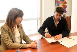 El Secretario de Estado del COPADE, Pablo Gutiérrez, firmando el convenio de Cooperación y Formación con el Instituto Gemológico Español que dirige Benjamín Calvo.