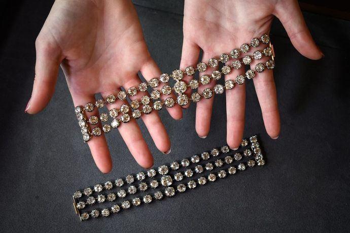 Dos brazaletes de Marie Antoinette podrían alcanzar entre los 2 ó 4 millones