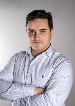 Joaquín Lorenzo es fotógrafo de joyas y profesor de Fotografía en el IGE.