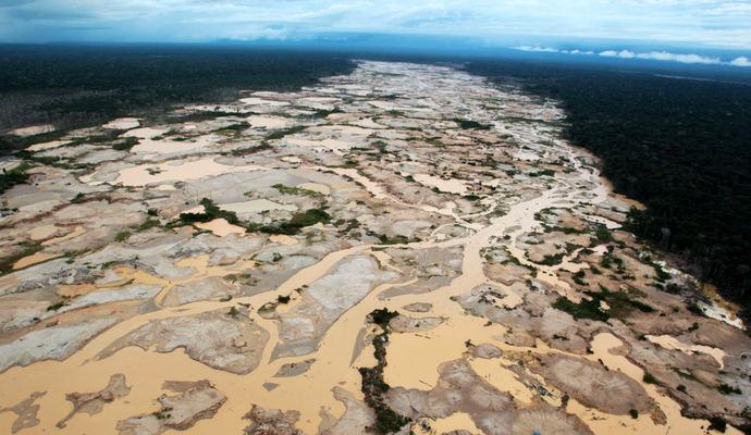 Deforestación provocada por la minería en la región de Madre de Dios, Perú.