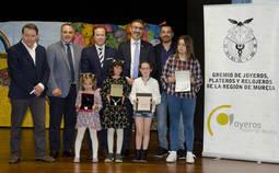 Las cuatro jóvenes galardonadas acompañadas por miembros del jurado y del Gremio de Joyeros de Murcia.
