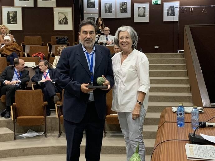 Miguel Ángel Pellicer junto a la presidenta de AETA, Erika Junglewitz, tras la entrega del galardón en ProDiam.
