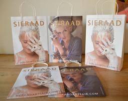 Las bolsas llevarán en el lateral a una modelo vistiendo joyas de la diseñadora barcelonesa.