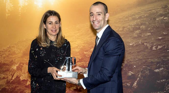 La creadora junto al director general de A.P para Iberia, Brian Lavio.