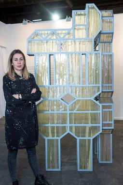 Belén Uriel junto a su obra, en ArcoMadrid 2018.