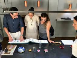 Visita de estudiantes y profesores a una de las galerías más representativas de la ciudad condal.