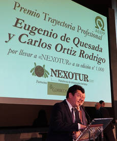 Eugenio de Quesada, director del Congreso de Editores, recibiendo el Premio al Editor del Año.