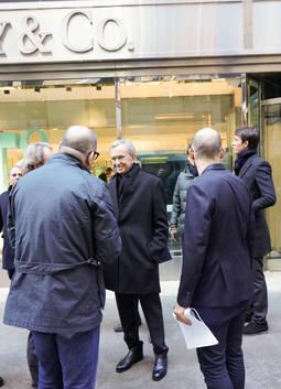 El presidente del grupo LVMH durante la visita a una de las tiendas de Tiffany
