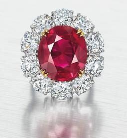 Otra de las piezas a subasta; un impresionante zafiro de 15 quilates procedente de Birmania, montado con diamantes.