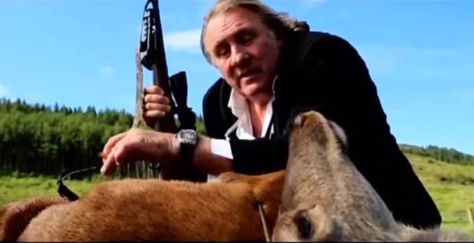 Repulsivo spot de Gérard Depardieu sobre un cadáver