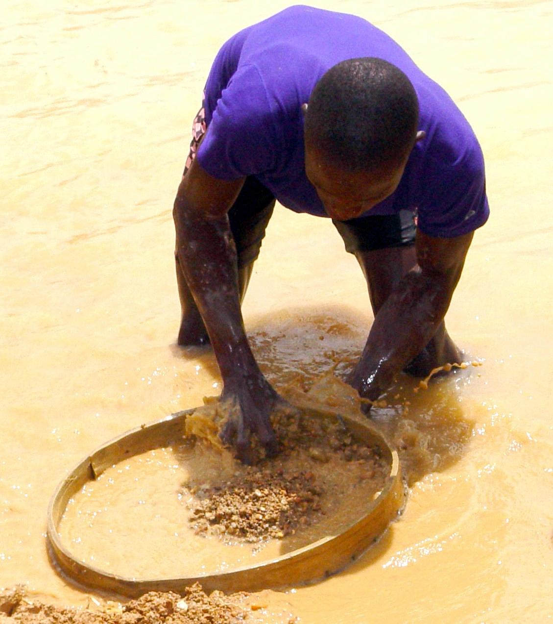 Un párroco de Sierra Leona encuentra un diamante de 706 quilates