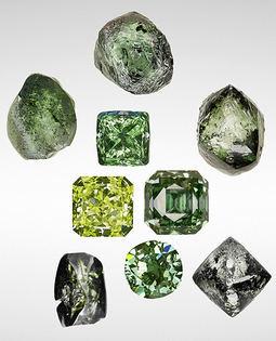Foto de archivo de diamantes verdes en bruto, naturales y tratados.