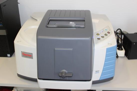 El Gemólogo necesita los nuevos instrumentos en su laboratorio