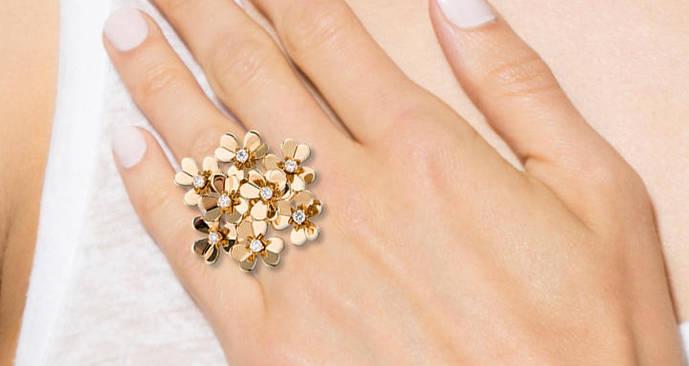 Pétalos cuajados de diamantes en los nuevos diseños de Van Cleef & Arpels