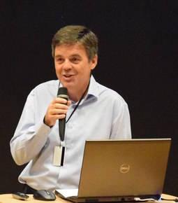 El gemólogo y divulgador Geoffrey Dominy.