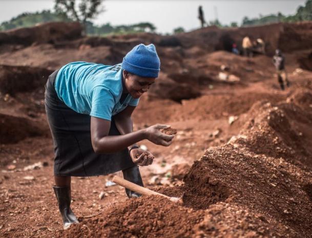 Cavando por la igualdad: Un proyecto en África para las mineras artesanales