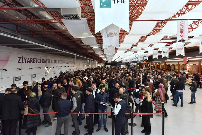 Acceso a la feria joyera de Estambul durante el primer día del encuentro.