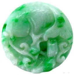 Disco tallado de jadeíta.
