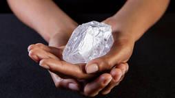 El diamante tiene la talla de una pelota de tenis.