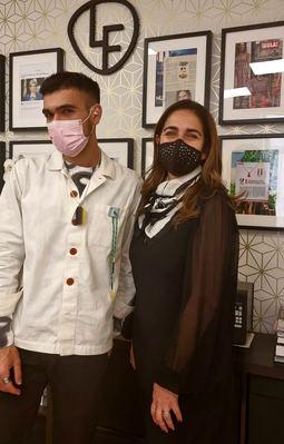 Lisi Fracchia junto al modisto Gabriel Nogueira luciendo algunas de las piezas.