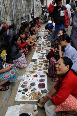 Comercio de gemas a pie de calle en la localidad de Mogok.