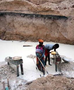 Dos mujeres trabajando en una mina artesanal al este de Camerún, en la frontera con Centroáfrica.