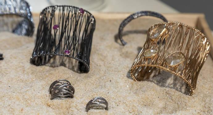 Los jóvenes buscan marcas independientes y joyas con significado