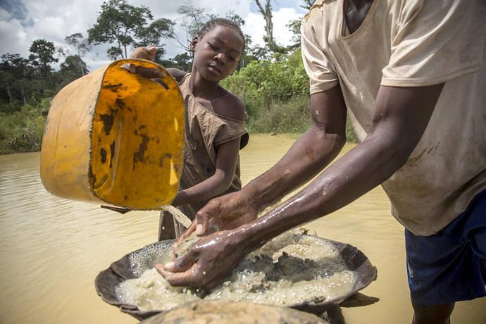 Una niña trabaja en una mina de diamantes artesanal en Sosso Nakombo, República Centroafricana, cerca de la frontera con Camerún; agosto de 2015.  © 2015 Marcus Beasdale para HRW