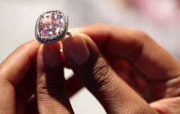 La clave estaba en la retalla: un diamante rosa alcanza precio récord en Christie<em>s</em>