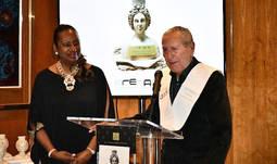 El reputado diseñador Elio Berhanyer y la presidenta de ANDE, Laura Victoria Valencia, en la bienvenida a la pasada edición de los Premios.