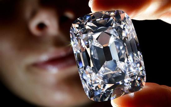 El 90% de las mujeres prefiere los diamantes reales