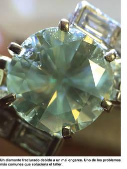 Un diamante fracturado debido a un mal engarce. Uno de los problemas comunes que solucionan.