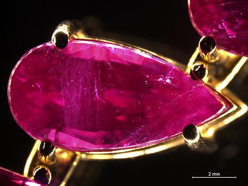 Detectan un collar con 50 rubíes sintéticos vendidos como naturales