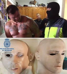 Momento de la detención del peligroso atracador, en octubre de 2016. Abajo, las máscaras de látex incautadas por la policía y que se emplearon en el robo.