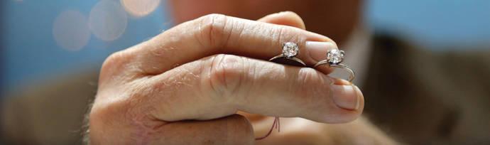 Dos anillos idénticos con sendos diamantes, uno natural y otro sintético.
