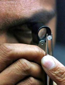 Revisión de un diamante recién pulido en Surat, India. Foto de archivo.