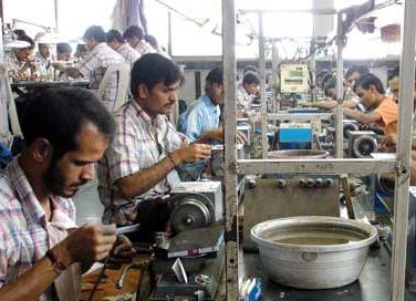 Una planta de pulido de diamantes por el método tradicional en Surat, India.