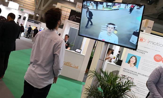 La tienda del futuro: robots que venden y espejos inteligentes