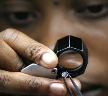Uno de los cortadores y pulidores de Tiffany en Botswana