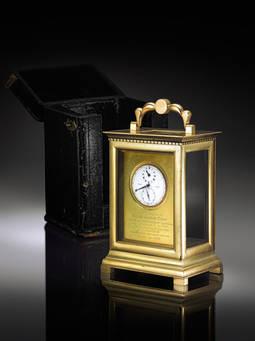 El reloj de bolsillo se enmarcó posteriormente en una caja de latón con su estuche original en piel.